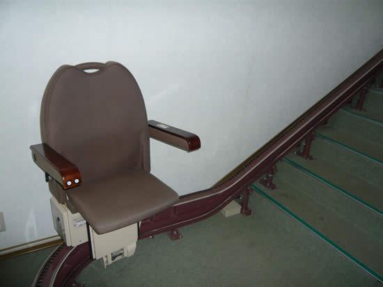 2階への昇降椅子(不自由な方のために)